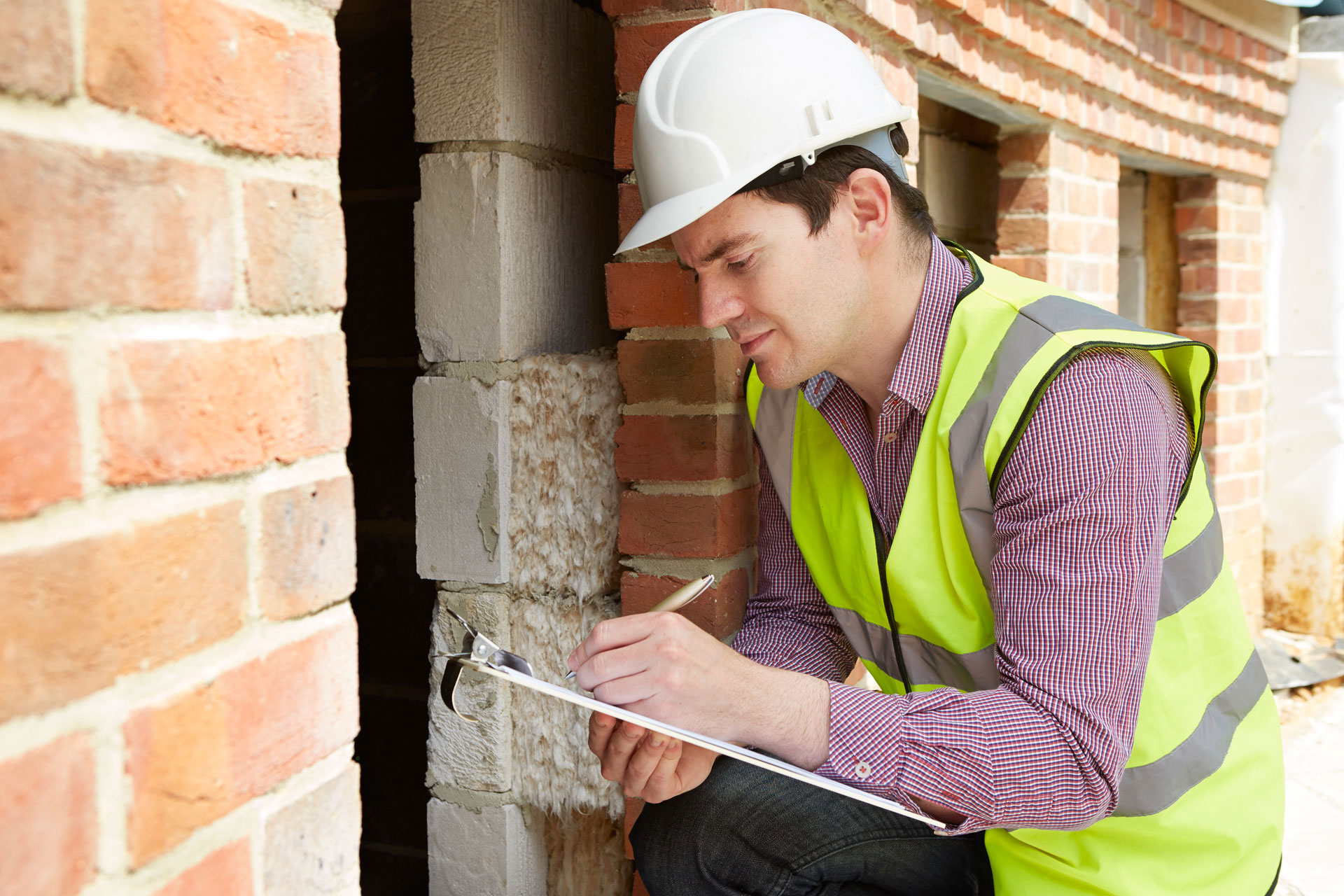 Constructeur en casque de sécurité écriture sur presse-papiers